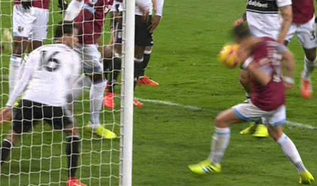 Chicharito handball